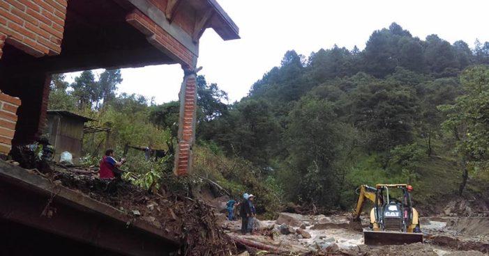 Oaxaca: Por sismo y lluvias se desgaja cerro y arrasa San Andrés el Alto