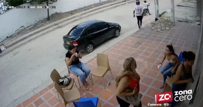 Se come su helado tranquilamente durante asalto armado (Video)