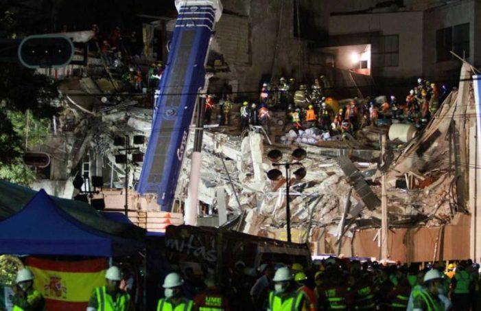 Losas muy pesadas dificultan las labores de rescate en Álvaro Obregón 286