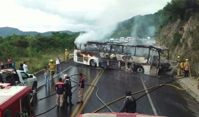 Comando armado detiene, roba y quema un autobús de pasajeros en Guerrero