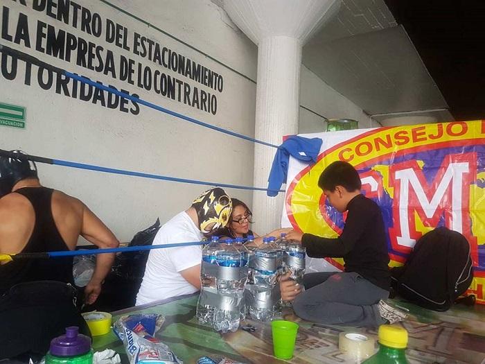 Luchadores intercambian fotos y autógrafos por víveres para damnificados