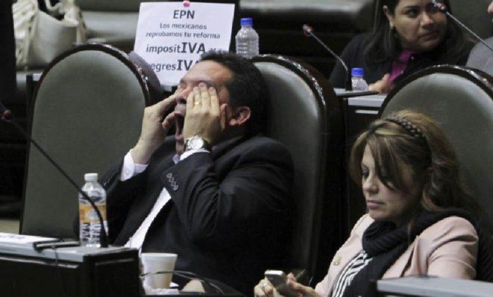 Iniciativa 'Políticos sin aguinaldo' busca eliminar bonos onerosos de funcionarios