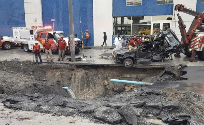 Familia cae a socavón causado por lluvias en Monterrey, muere una mujer