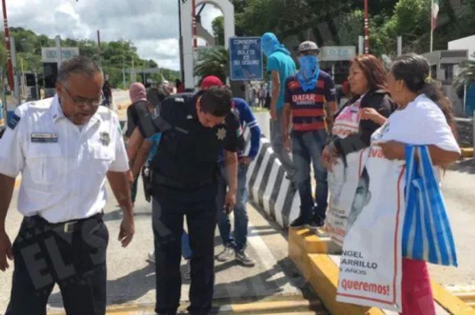 Padres de los 43 toman casetas en Guerrero