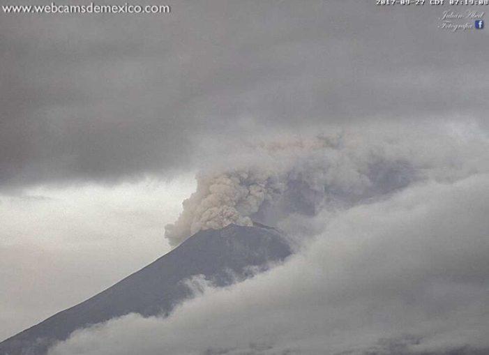 Popocatépetl emite fumarola con material incandescente (VIDEO)
