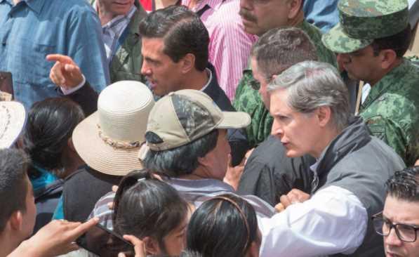 Gritan a Peña Nieto: 'agarre una pala', escoltas reprimen a jóvenes que protestaban