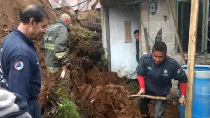 Rescatan a dos mujeres que fueron 'enterradas vivas' por deslave en Naucalpan