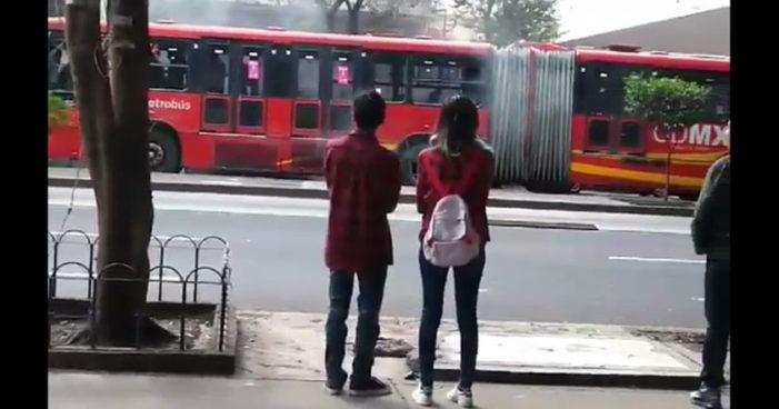 Se incendia vehículo del Metrobús en Insurgentes (Videos)