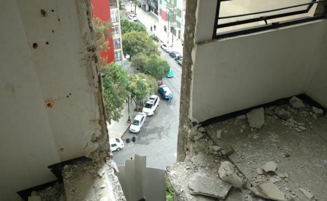 Vecinos evacuan edificio de la Doctores gravemente dañado por terremoto