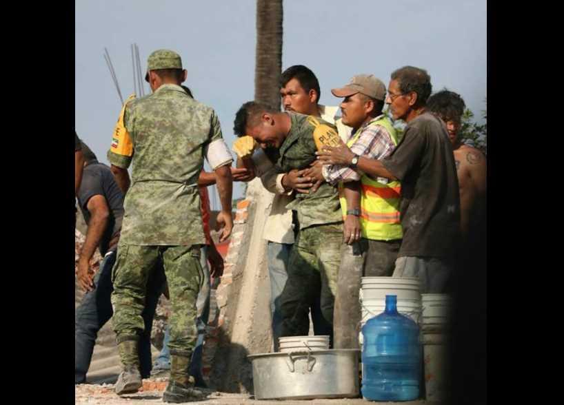 Murieron madre y bebé que rescató — Soldado llora