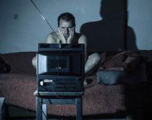 Ver mucho tiempo la televisión puede causar dificultades para caminar