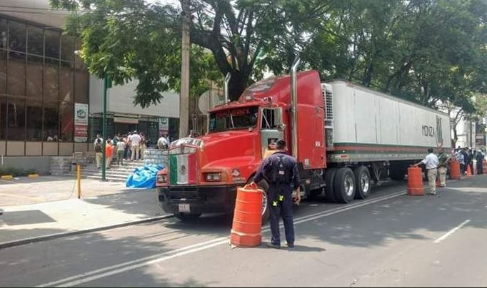 Ladrones se aprovechan y roban tráiler que transportaba víveres a Puebla