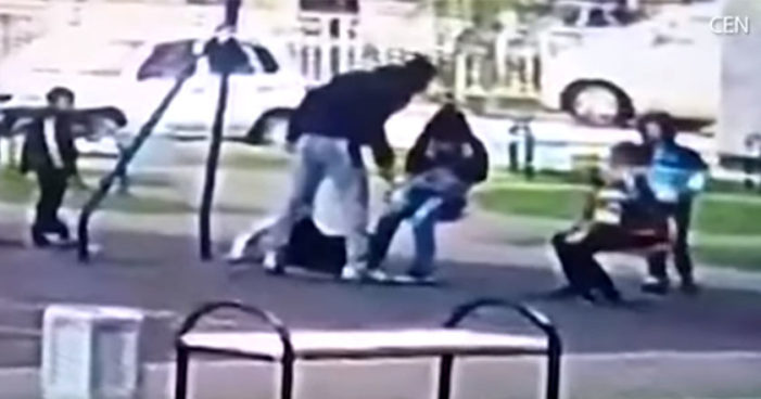 Adulto golpea a dos niños de 9 años por supuesto bullying contra su hijo (Video)