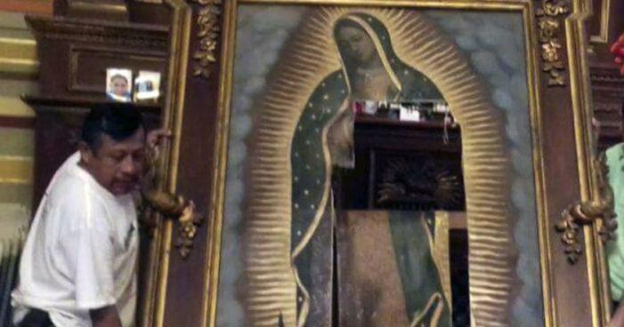 '¡Estamos equivocados!': Señora de 50 destruye cuadro de la Virgen de Guadalupe