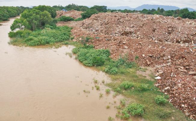 Con escombros de casas derrumbadas por sismo contaminan río en Oaxaca
