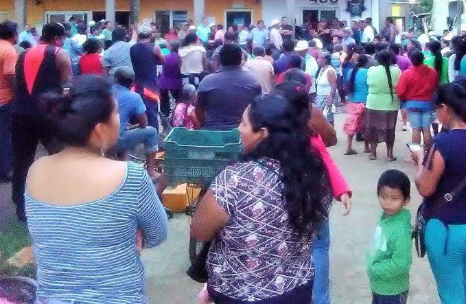 Destituyen y desarman pobladores a policías ante ola de violencia en Veracruz