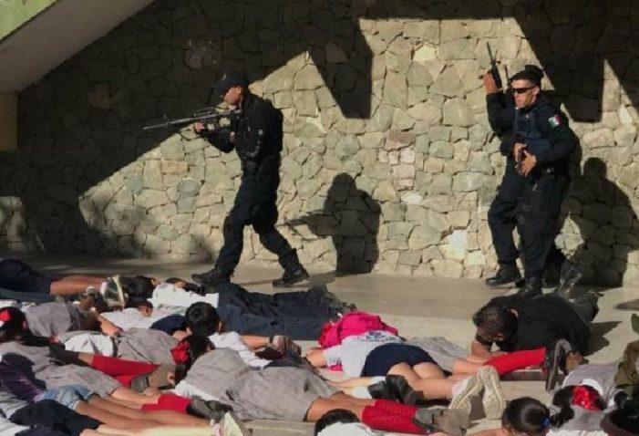 Policías de La Paz enseñan a menores a fingir que están muertos en caso de balacera (VIDEO)