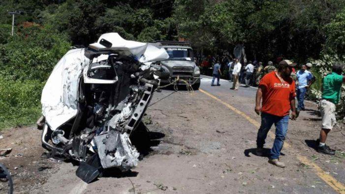Roca aplasta camioneta de pasajeros en Guerrero , hay dos muertos y 11 lesionados