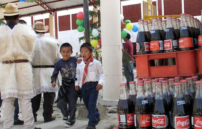 Coca-Cola acaba con agua de comunidad en Chiapas; personas reemplazan agua por refresco
