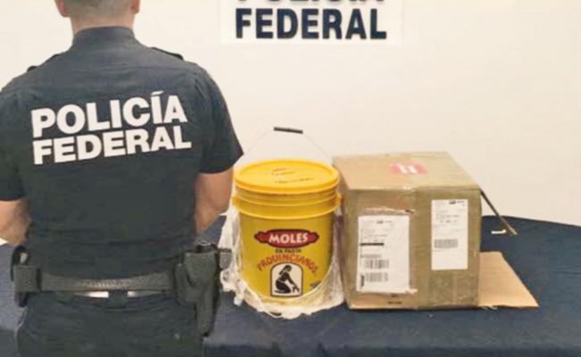 Cárteles mexicanos trafican droga hasta en cubetas con mole