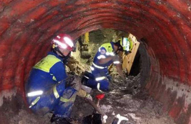 Encuentran en el drenaje a mujer que cayó en socavón de Monterrey
