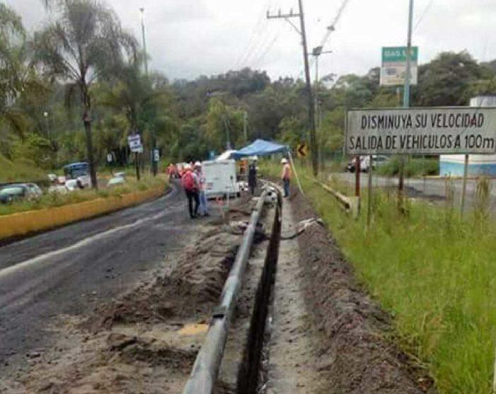 Aprovechan reconstrucción de autopista para colocar tubos de gasoducto en Xalapa