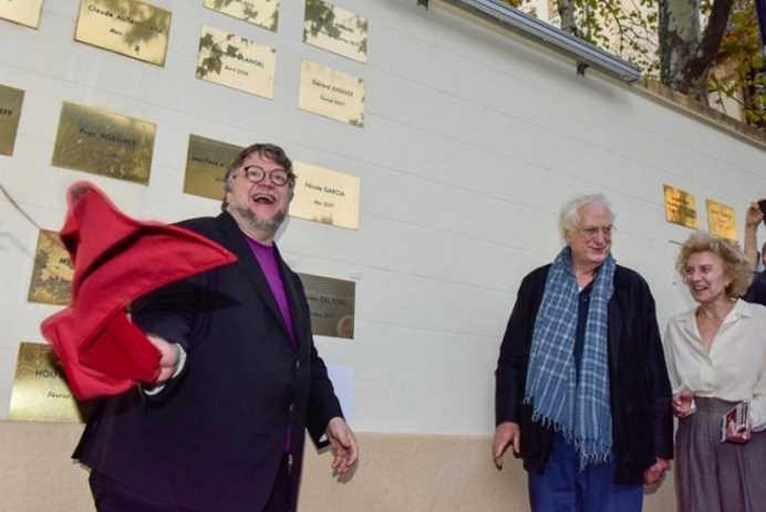 El director Guillermo del Toro devela placa en casa de los hermanos Lumiere