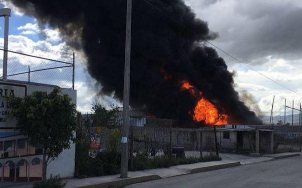 Un bodega arde en Tultepec, aún no logran controlar el incendio