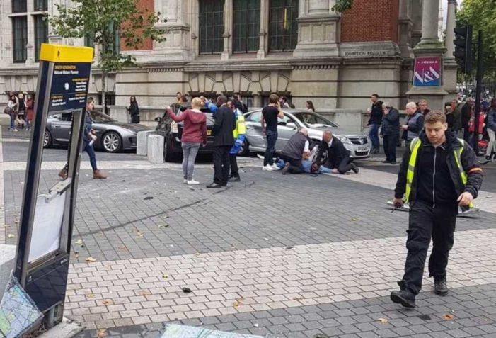 Vehículo atropella a transeúntes en Londres, hay varios heridos y un detenido