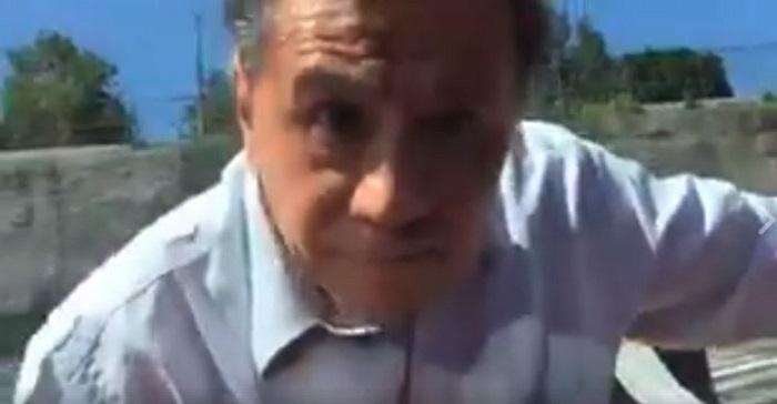 Hombre agrede a mujer porque al meterse en la fila de la caseta rompió su espejo (VIDEO)