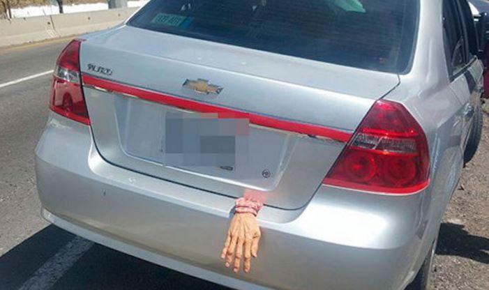 Conductor de Tlaxcala decoró su auto con una mano falsa y lo persiguen por secuestro