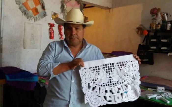 Pedro Ortega hace magia con el papel, pica y crea todo tipo de figuras