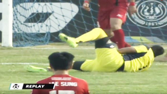 Portero muere tras chocar con un compañero en pleno partido (VIDEO)