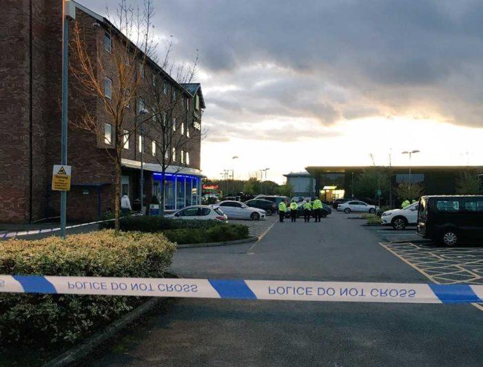 Sujeto armado toma rehenes en un boliche en Reino Unido (VIDEO)