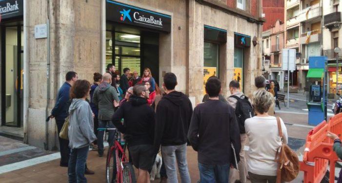 Separatistas de Cataluña llamaron a retirar dinero de bancos en protesta