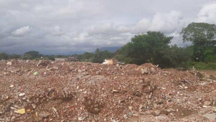 Alcalde de Ixtaltepec, ordenó que escombros del sismo sean arrojados al río