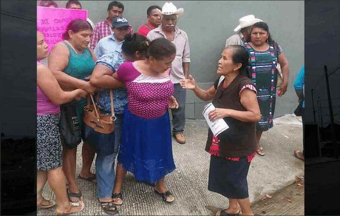 Ciudadanos aplican 'manita de puerco' a regidora porque presidente se construyó mansión