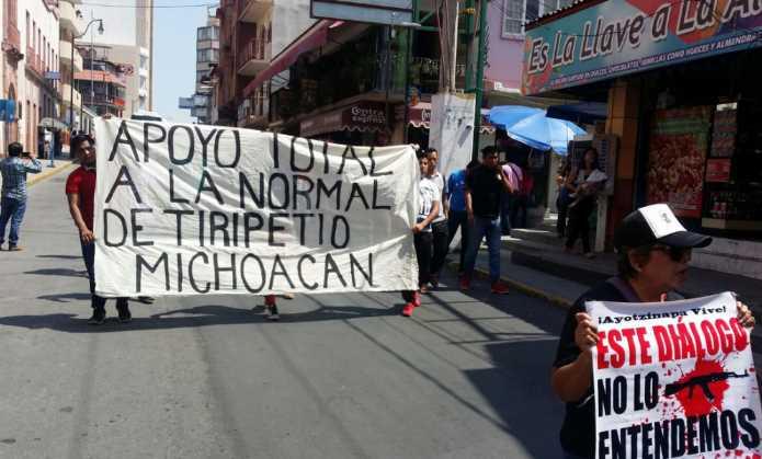 Marchan para exigir liberación de ocho normalistas de Tiripetío que siguen detenidos