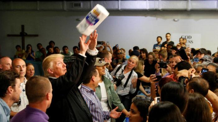 Trump 'liquida' deuda de Puerto Rico y arroja papel higiénico a afectados por huracán