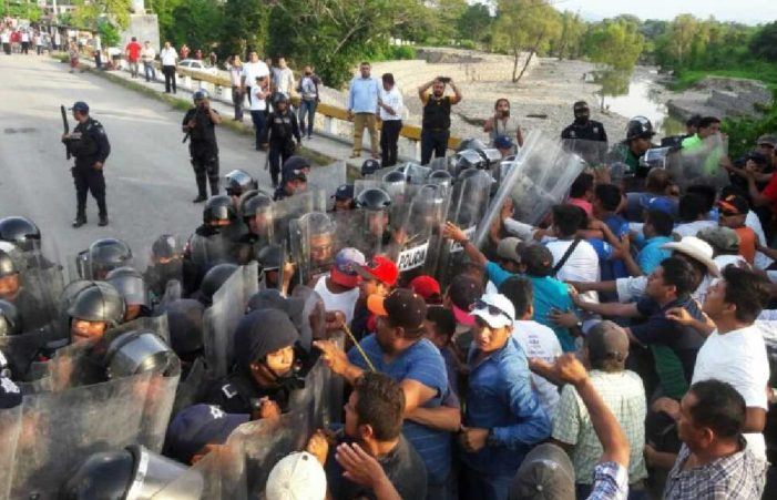 Niños mueren por 'virus desconocido' en Veracruz, familiares exigen atención y los reprimen