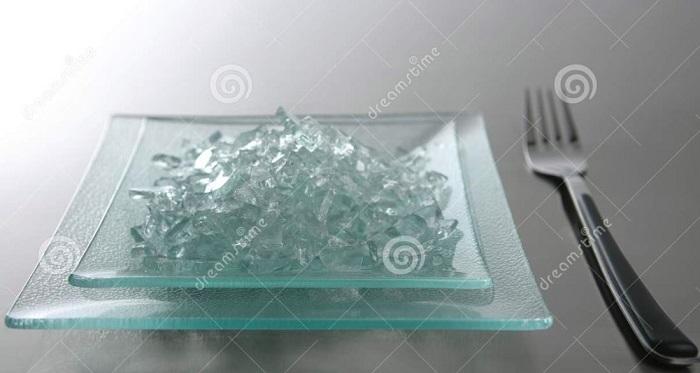 Mujer hacía fraude hasta con la comida, ponía vidrios en sus platillos para conseguirla gratis