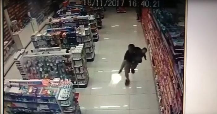 Asesina a dos asaltantes con su hijo en brazos (Video)