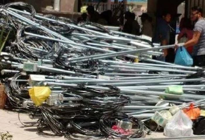 Vecinos del Edomex protestan contra CFE; desmontan material y lo dejan en la alcaldía