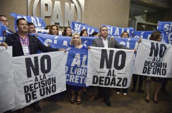En medio de protestas PAN aprueba coalición con PRD y MC