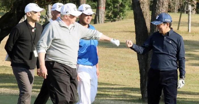 Shinzo Abe, primer ministro de Japón, sufre caída mientras jugaba golf con Trump (Video)