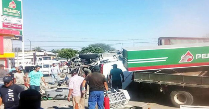 Tráiler destruye gasolinera en Michoacán, deja seis muertos dos de ellos niños