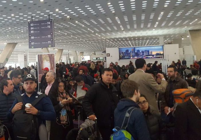 Paro de pilotos y niebla provocan cancelación de vuelos en AICM