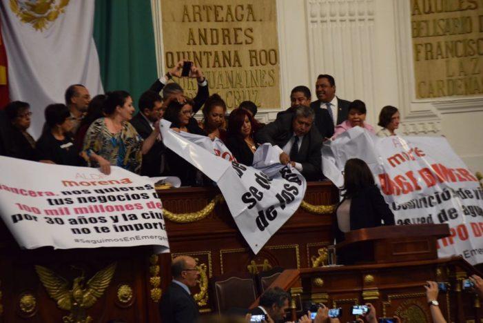 Con golpes a diputadas de Morena, PRD avala endeudar 30 años a la CDMX