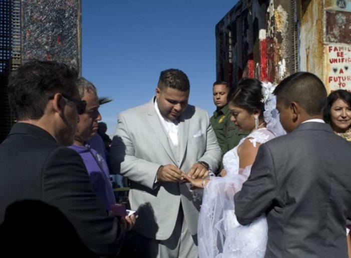 Mexicana y estadounidense se casan en valla fronteriza