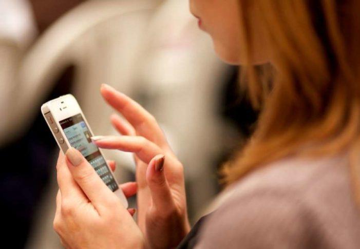 Personas pueden volverse adictas a celulares y requerir terapia: especialista
